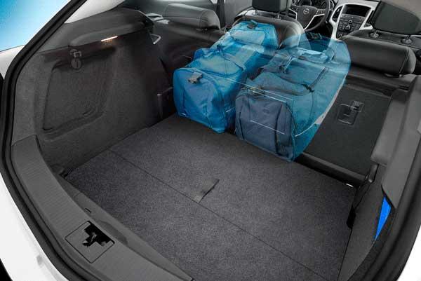 Просторный багажник Opel Astra GTC на фото